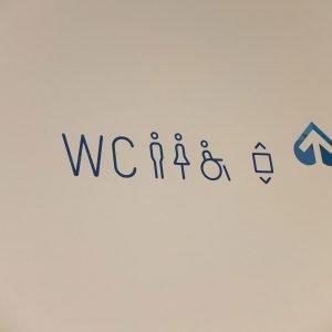 Leitsystem – die Richtungspfeile wurden aus dem Logo heraus entwickelt