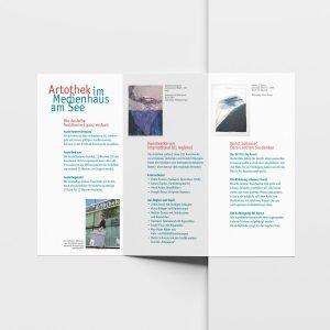 Der Artothek-Prospekt weist auf das besondere Angebot der Ausleihe von Kunst hin