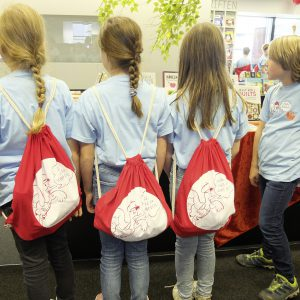 Mit Frieda unterwegs! Zur Auftaktveranstaltung gab es ein kleines Paket für die Schüler. Im Turnbeutel fanden sie ein T-Shirt, Luftballon und die Postkarte, auf der sie ihren Lesetipp abgeben konnten
