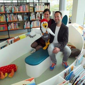 Katrin Degenkolb und Rainer Weishaupt mit Frieda Plüschfigur