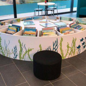 """Der """"Literaturfisch"""" im Kinderbereich der Zweigstelle Fischbach mit passender Beklebung"""