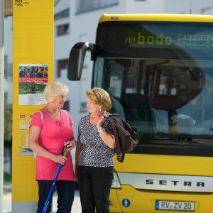 Einheitliches Design der Haltestellen und Busse im bodo-Look