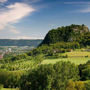 Der Hohentwiel bei Singen mit Alpenpanorama