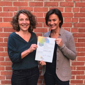 Sandra Maischberger (r.) und Ulla Giesler von Vincentino e. V. freuen sich über den Förderpreis der Pill Mayer Stiftung © Vincentino