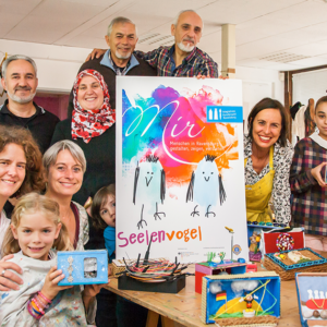 Das Integrative Kunstprojekt  Seelenvogel – d-werk gemeinsam mit Partnern wie dem Lions Club Ravensburg, den Künstlerinnen Marion Mang und Petra Mang von Hinten, den Filmemachern von kubus medien sowie dem syrischen Fotografen Baschar Kasou.