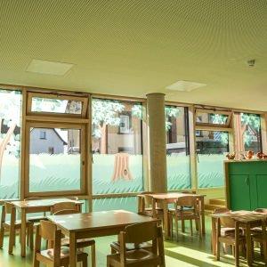 Blick in die Kindertagesstätte St. Georg in Meckenbeuren mit gestalteten Fenstern als Sichtschutz